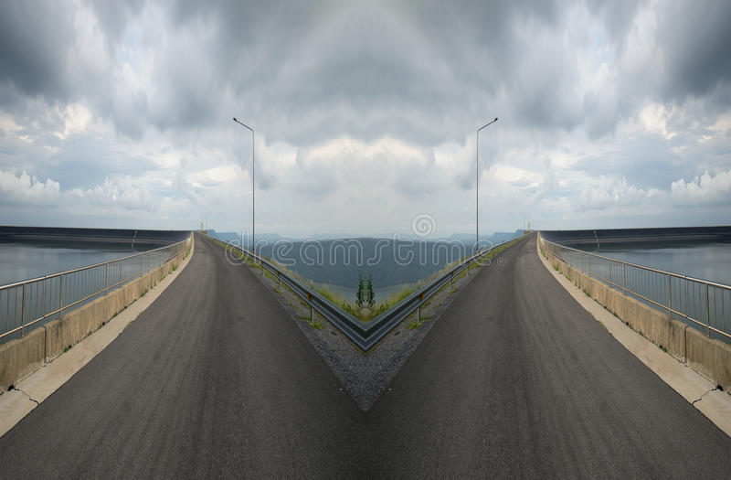 spliting在双向的交叉路 免版税库存图片