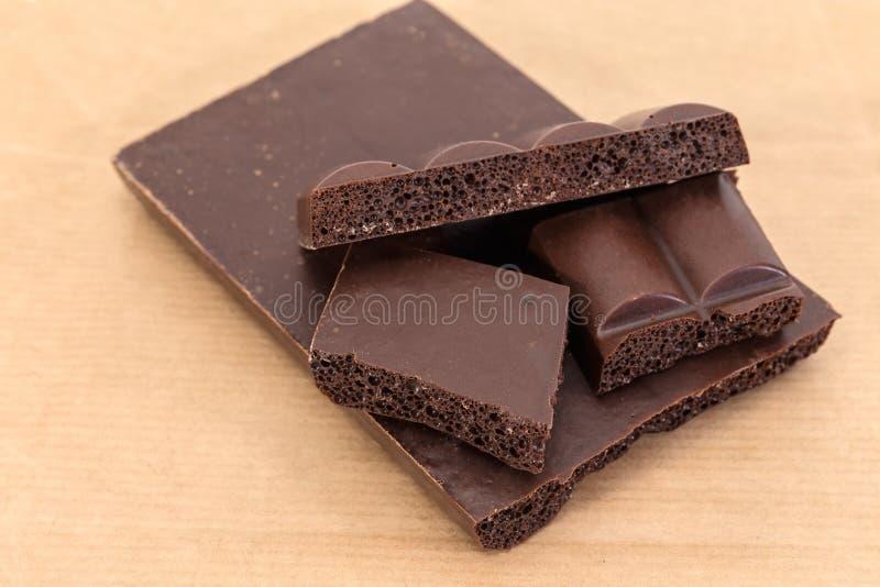 Splitted acima do bloco do close-up ventilado escuro do chocolate fotografia de stock royalty free