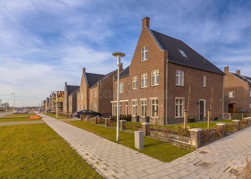 Splitterny hus i ett bostadsområde royaltyfri fotografi