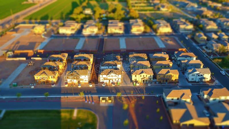 Splitterny hus under konstruktion - miniatyreffekt för värld (Lutande-förskjutning) royaltyfria bilder