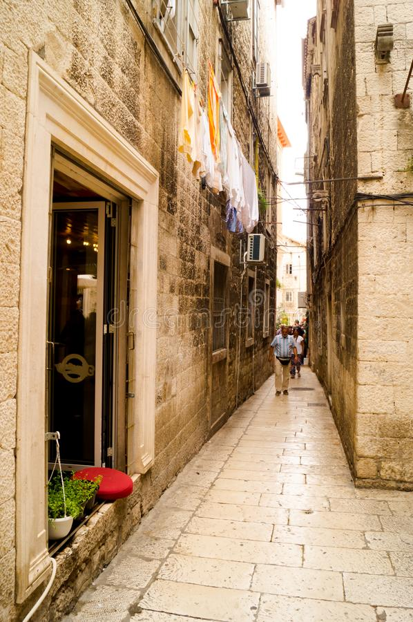 Splittring Dalmatia croatia 09/06/2018: Gammal smal gata inom Diocletians slott arkivbild