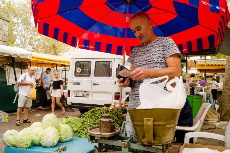 Splittring Dalmatia croatia 09/06/2018: Gammal våg i grönsakmarknaden royaltyfri foto
