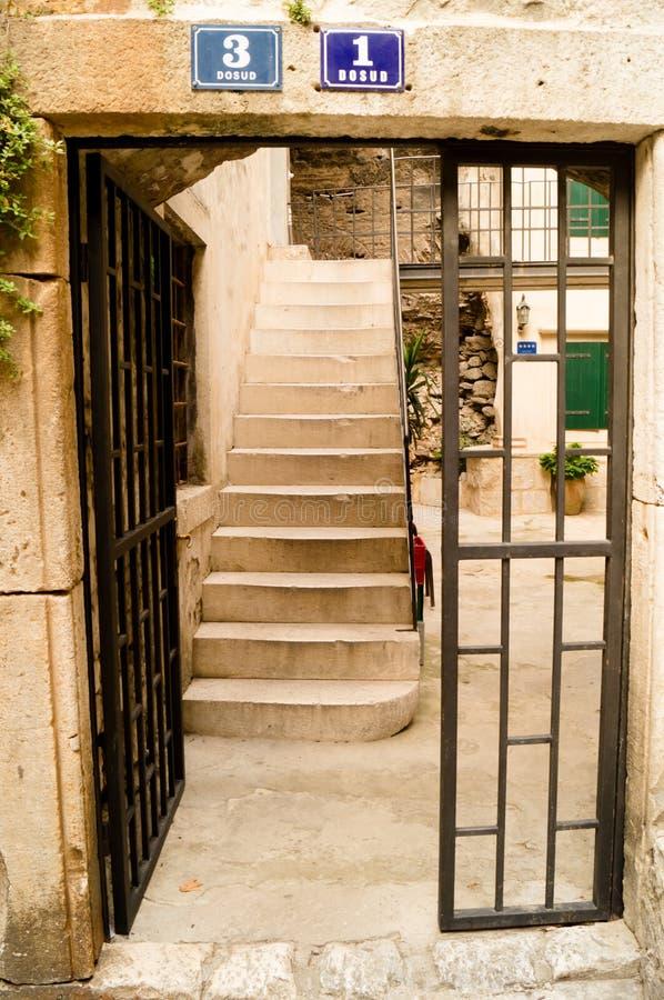 Splittring Dalmatia croatia 09/06/2018: Moment och dörrar inom borggården arkivfoto