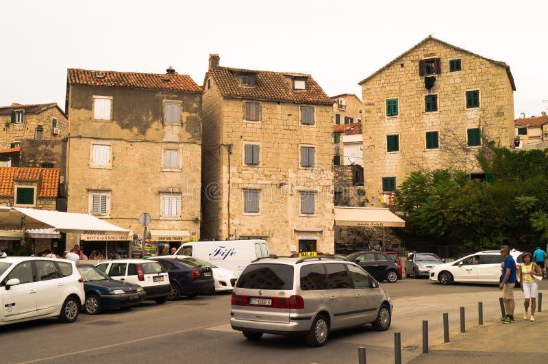 Splittring Dalmatia, Kroatien; 09/07/2018: Gamla hus i behov av reparationen arkivbild