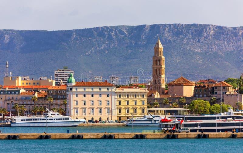 Splittring Kroatien (regionen av Dalmatia) Lokal f?r Unesco-v?rldsarv Sikt av kluvna stads-, Diocletian slott- och Mosor berg in arkivbilder