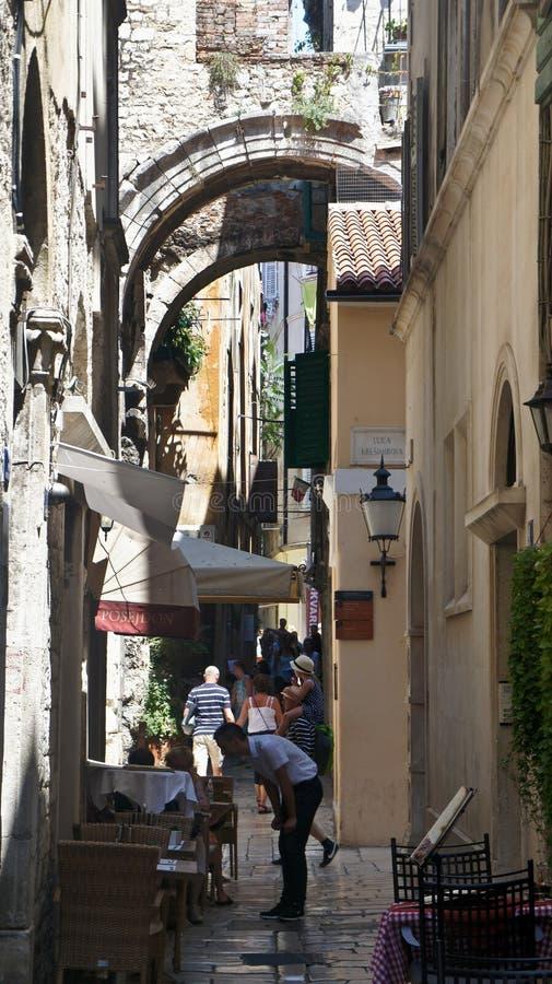 Splittring, Kroatien - 07/22/2015 - sikt av den smala gatan med kaféer och stenhus i den gamla staden, härlig arkitektur, solig d royaltyfri fotografi