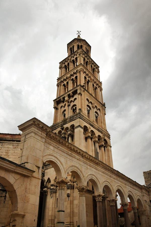 Splittring Kroatien - torn för helgonDomnius domkyrka royaltyfri fotografi