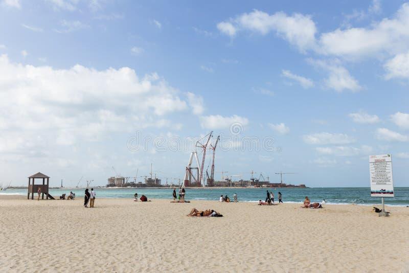Społeczeństwa plażowy, błękitny morze z ludźmi i obrazy royalty free