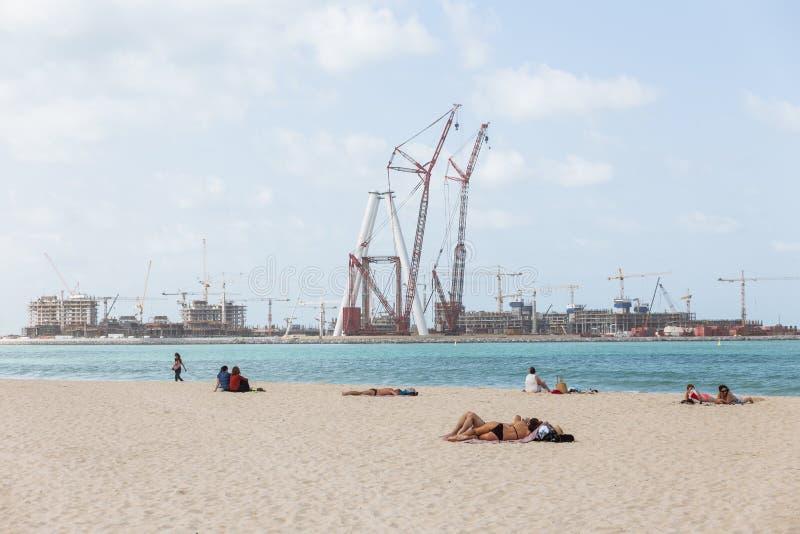 Społeczeństwa plażowy, błękitny morze z ludźmi i zdjęcie royalty free