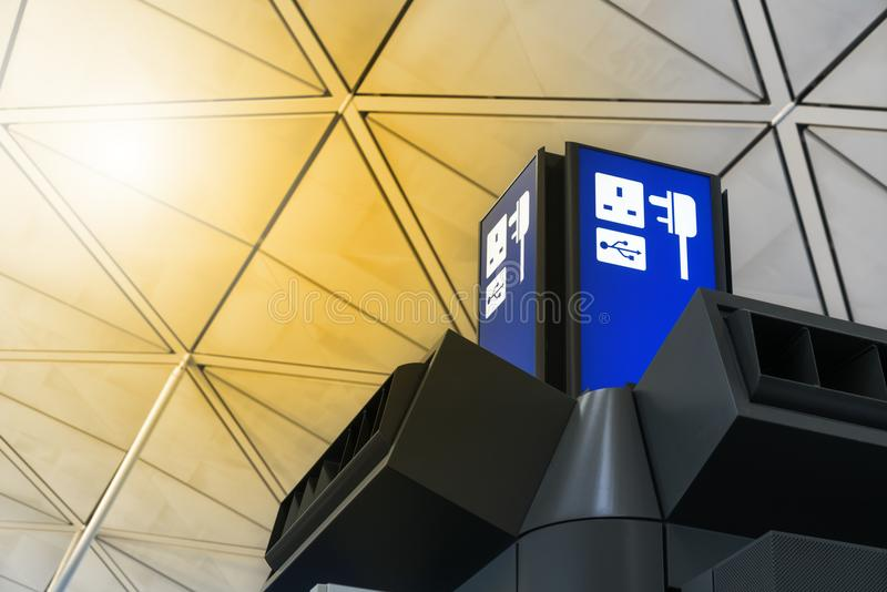 Społeczeństwo bezpłatna ładuje stacja w międzynarodowym śmiertelnie lotnisku dla pasażera obrazy royalty free