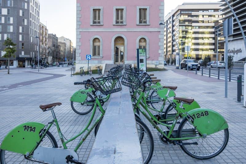Społeczeństwo czynsz jechać na rowerze w ulicie Castellon, Hiszpania obrazy royalty free