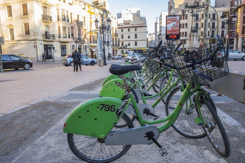 Społeczeństwo czynsz jechać na rowerze w ulicie Castellon, Hiszpania obraz stock