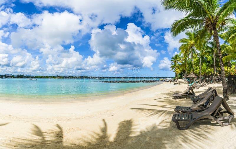 Społeczeństwo plaża przy Uroczystą baie wioską na Mauritius wyspie, Afryka fotografia stock