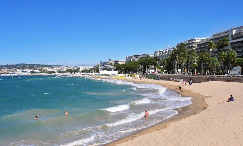 Społeczeństwo plaża w deptaku De Los angeles Croisette w Cannes, Francja zdjęcie royalty free