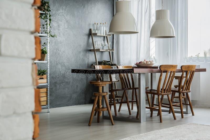 Społeczny stół i przemysłowe lampy fotografia stock