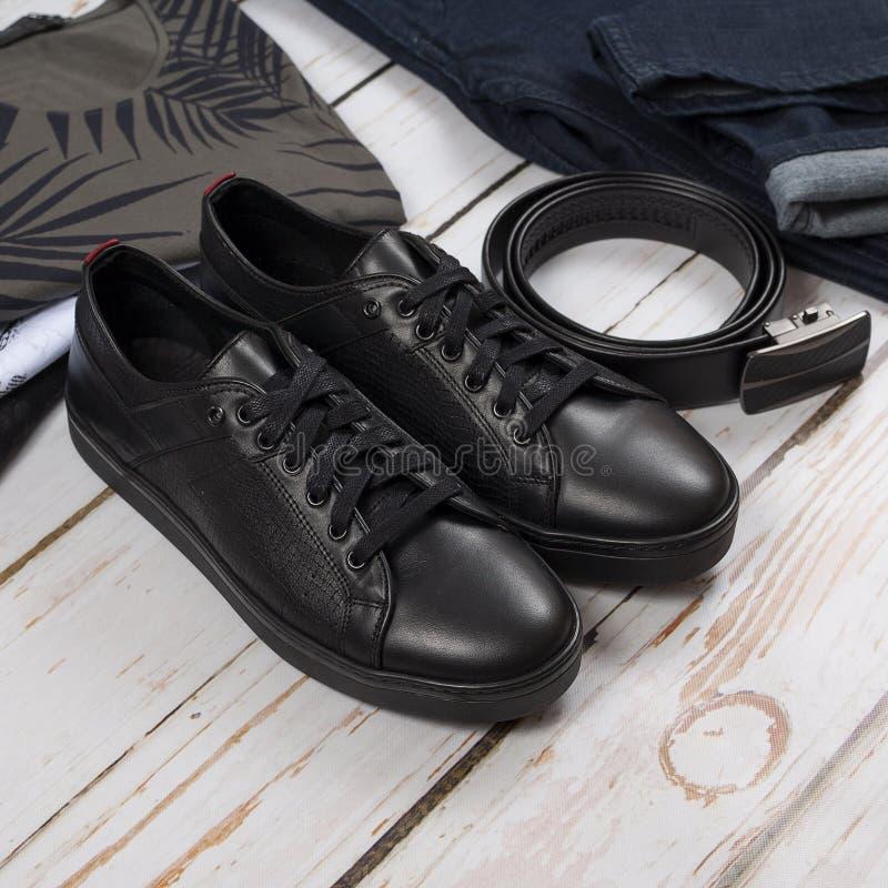 Spodnia, koszula, czerń buty i rzemienny pasek na drewnianym tle, zdjęcia royalty free