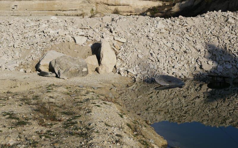 Spoel voor de kabel in het bergmeer royalty-vrije stock afbeeldingen