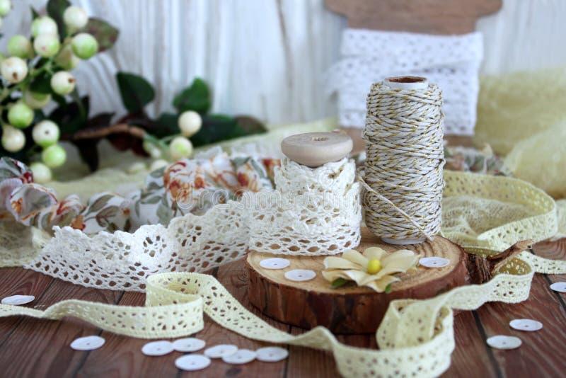 Spoelen met kantversiering en bakkers` s streng Kant en versieringen Bewerkende en naaiende levering stock afbeeldingen