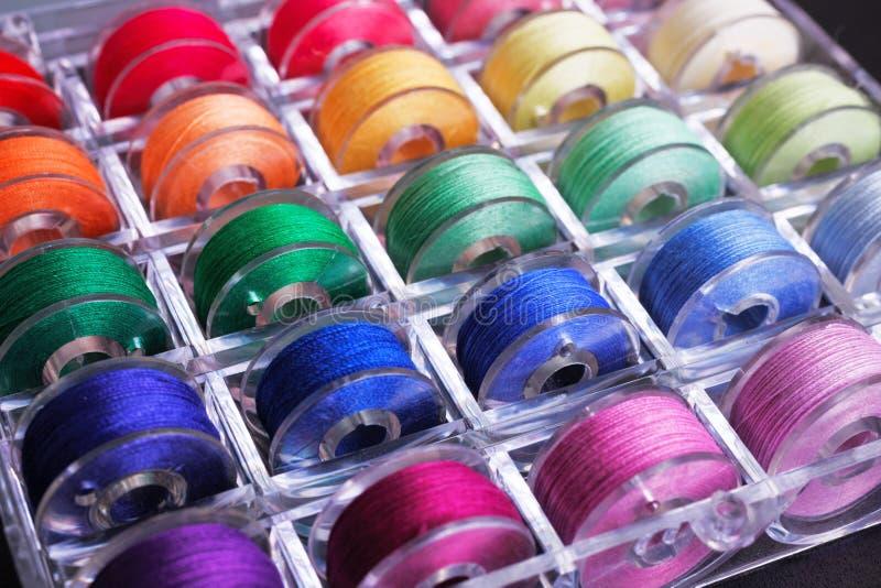 Spoelen met kleurrijke draden in opslagdoos royalty-vrije stock foto