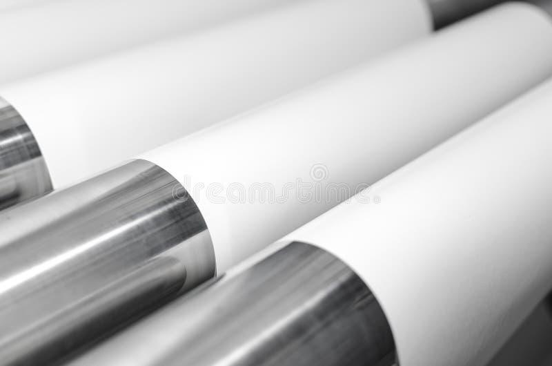 Spoelen van document en metaalrollen in drukinstallatie stock afbeeldingen