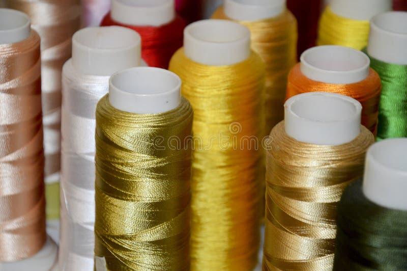 Spoelen van gekleurde draden stock afbeelding