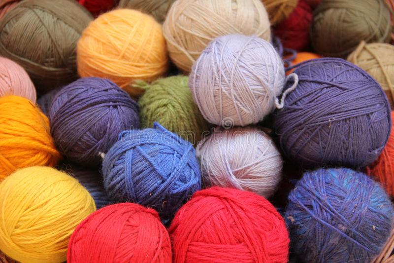 Spoelen van kleurrijk Alpacagaren royalty-vrije stock afbeelding