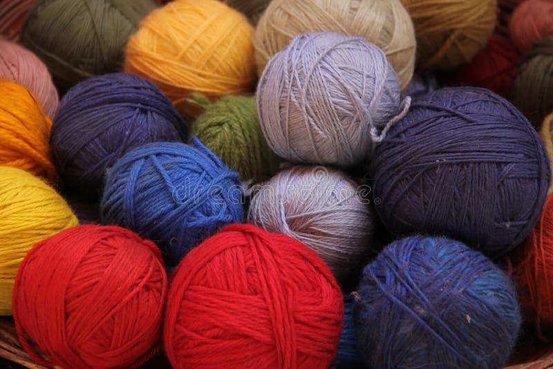 Spoelen van kleurrijk Alpacagaren royalty-vrije stock foto