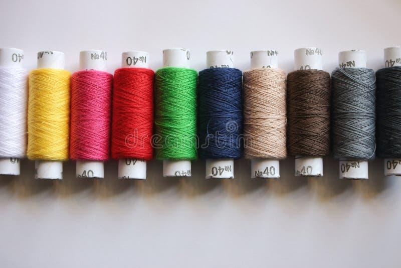 Spoelen van kleurrijke draden Lijn van katoenen draden Handwerk en het naaien concept royalty-vrije stock foto's