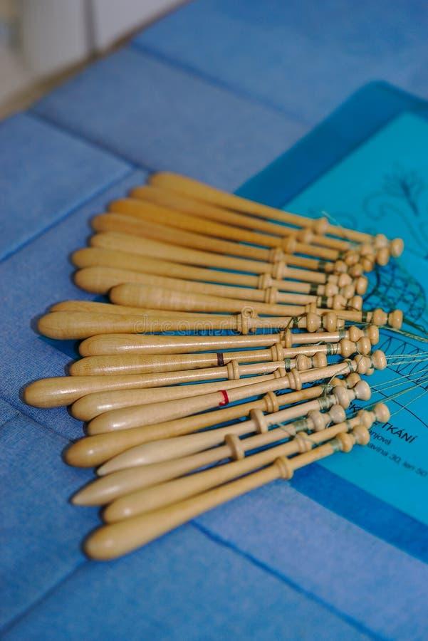 Spoelen van lacemaker in hout royalty-vrije stock fotografie