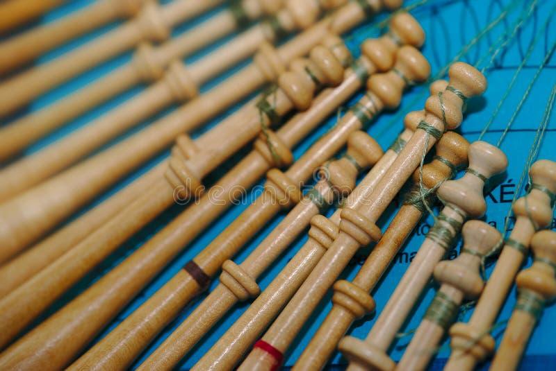 Spoelen van lacemaker in hout stock foto's