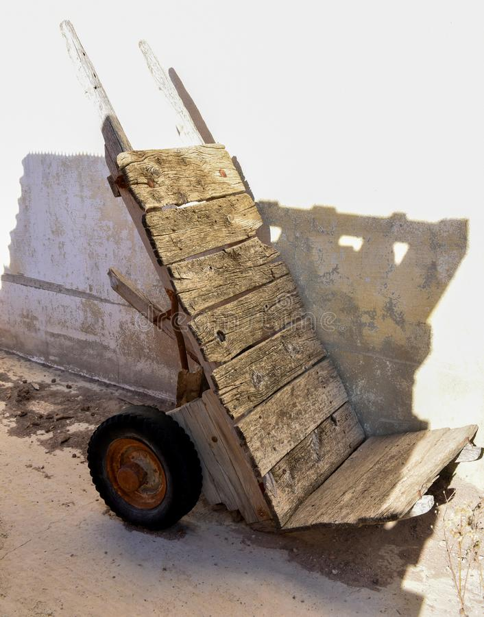 spoilted деревянная вагонетка очень старая и получившаяся отказ на угле сада Колеса вагонетки unusefull и ржавые стоковые фото