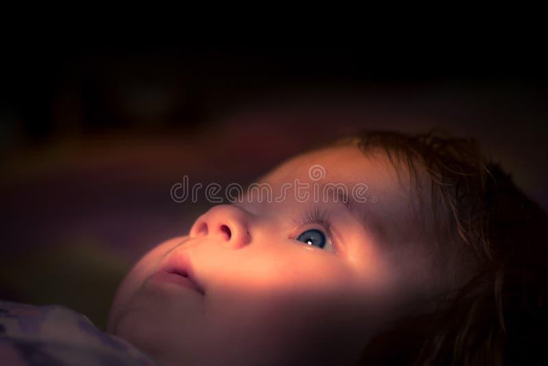 Spojrzenie młode dziecko w świetle słonecznym obraz royalty free