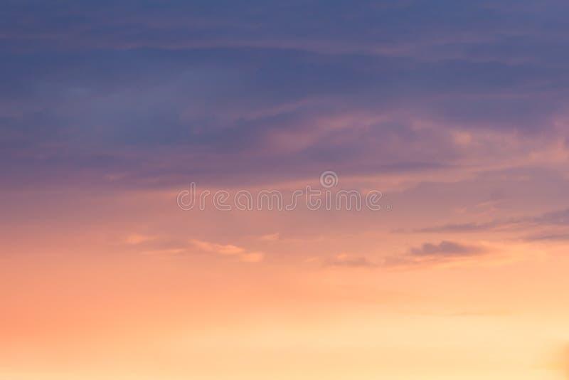 Spokój barwiący chmurnieje przy zmierzchem fotografia royalty free