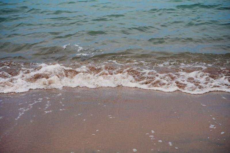 Spokój Macha kołysanie się w a na Piaskowatej plaży w San Francisco, Kalifornia usa zdjęcie royalty free
