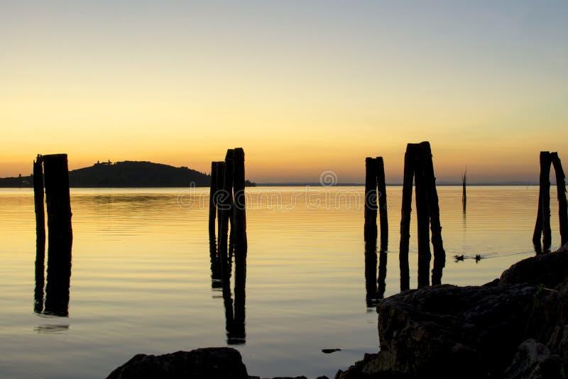 Spokój nawadnia Jeziorny Trasimeno przy zmierzchem zdjęcie royalty free