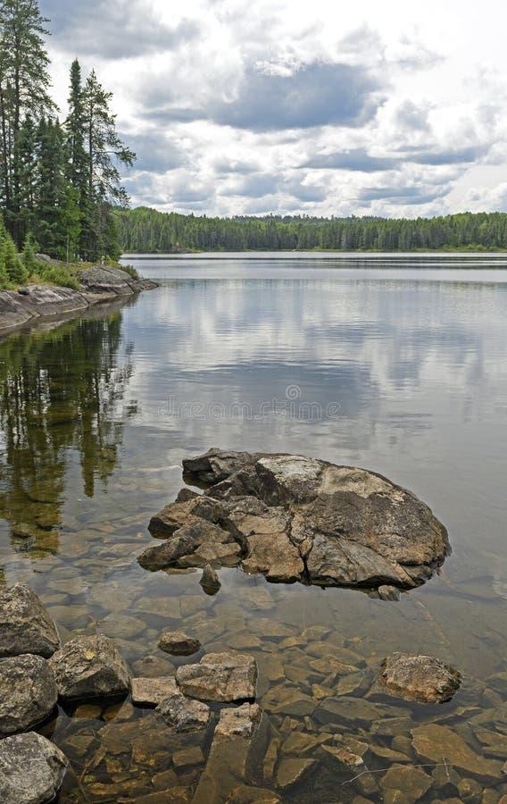 Spokój Nawadnia na Pustkowie jeziorze obrazy stock