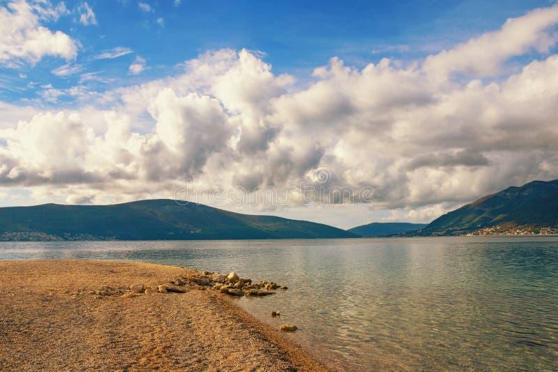 Spokój opustoszała jesieni plaża Adriatycki morze, Tivat, Montenegro zdjęcia royalty free