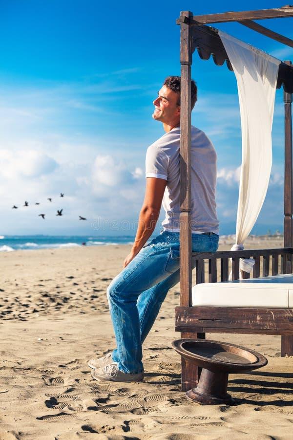 Spokój relaksował mężczyzna ono uśmiecha się szczęśliwie przy morzem obrazy stock