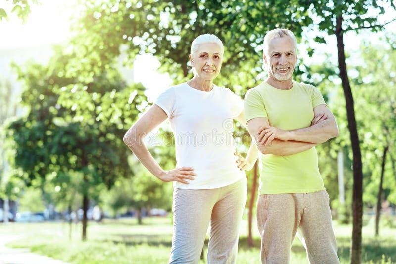 Spokój starzejąca się pary przyglądająca jaźń gwarantująca obraz royalty free