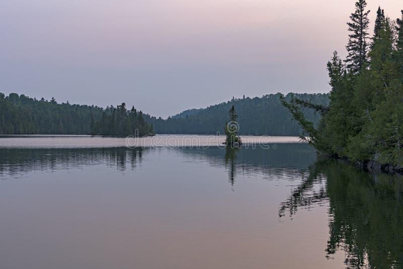 Spokój wody przy zmierzchem w Północnych drewnach zdjęcie stock