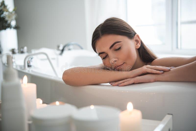 Spokój zadowolona dama ma relaksuje w łazience zdjęcia stock