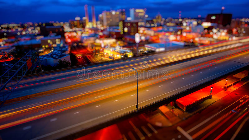 Spokane, Вашингтон и скоростное шоссе на ноче стоковые изображения