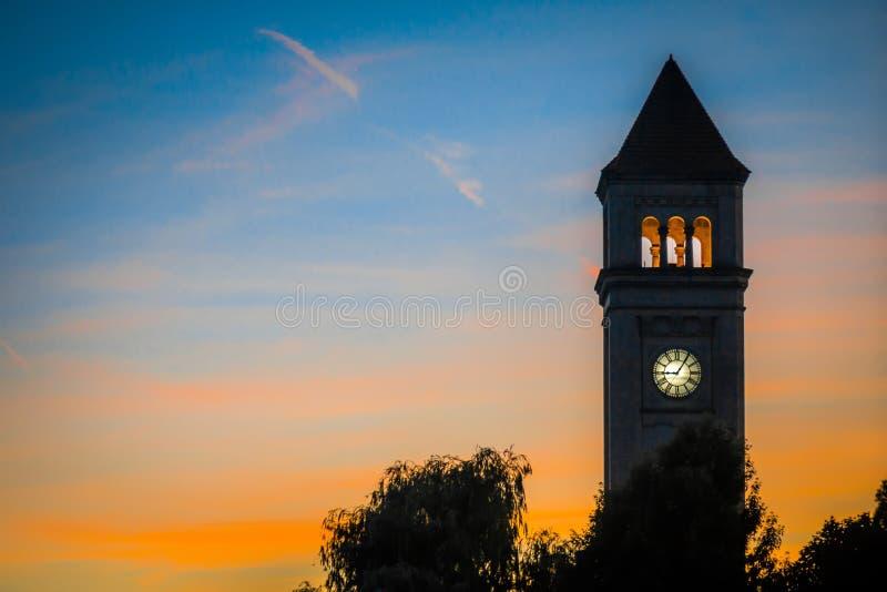 Spokane w centrum zegarowy wierza w parku przy zmierzchem zdjęcia stock