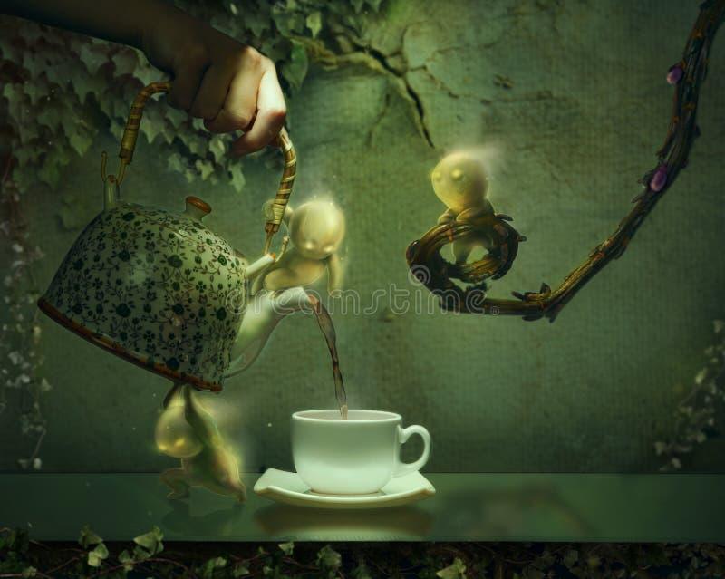 Spoken die thee van een theepot dienen royalty-vrije stock foto