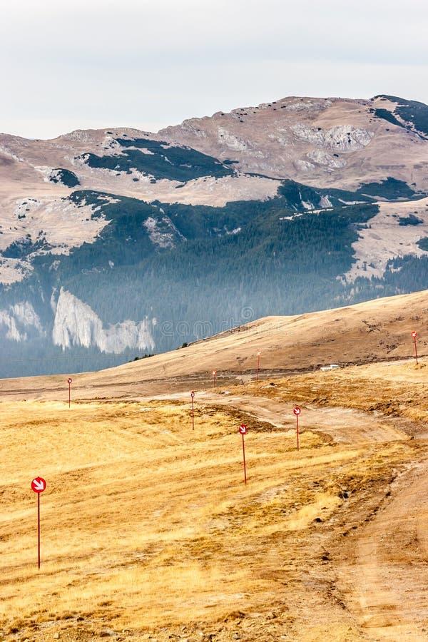 Spokojna halna scena Brown trawa na wzgórzu Czerwony wytyczny si zdjęcie royalty free