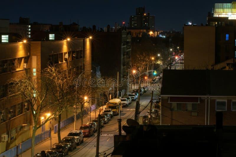 Spokojna i bardzo spokojna ulica podczas nocy, Bronx, NY, usa obrazy stock