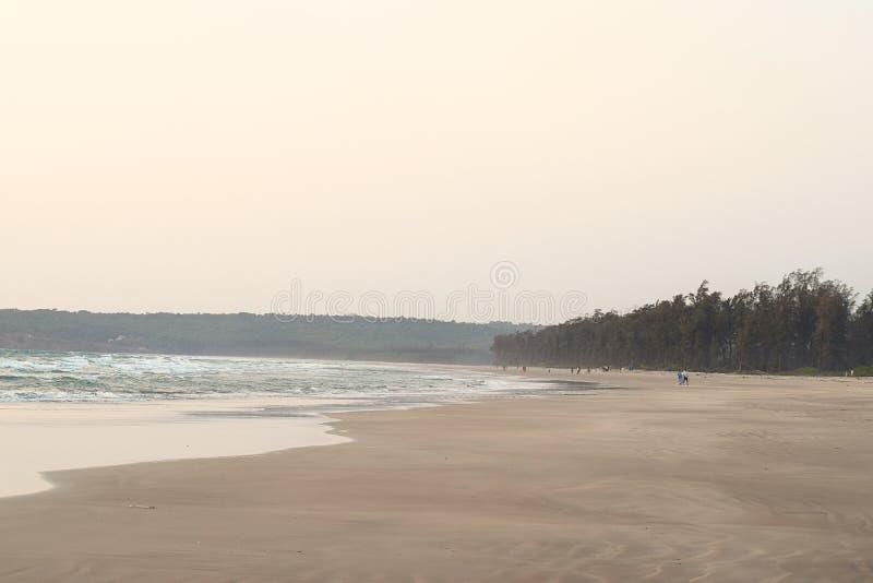 Spokojna i Nieskazitelna plaża przy wieczór - artykuły plaża, maharashtra, India obraz stock