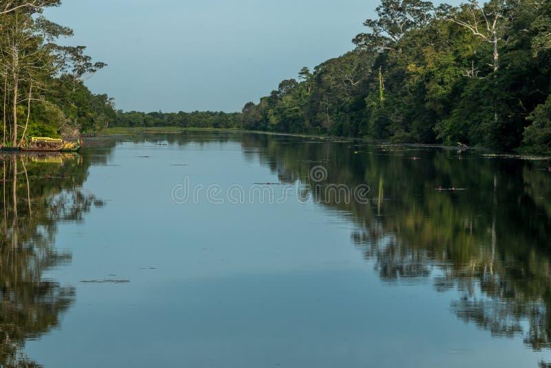 Spokojna jezioro woda przy Bayon świątynią w Angkor Archeologicznym parku blisko Siem, Przeprowadza żniwa, Kambodża obrazy stock