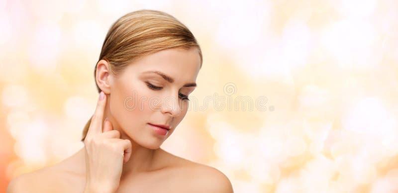 Spokojna kobieta dotyka jej ucho zdjęcie stock