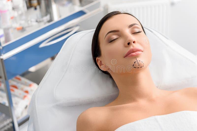 Spokojna kobieta z korekcj ocenami w klinice fotografia royalty free